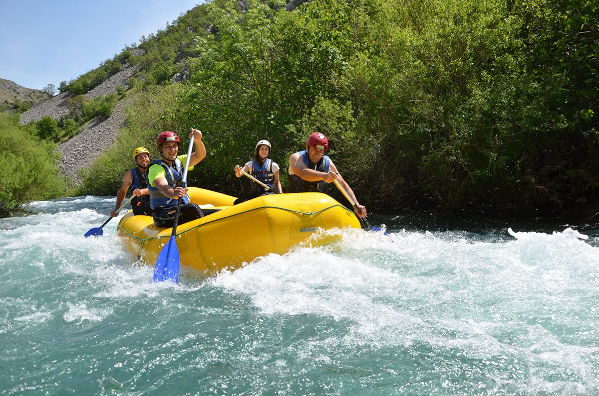 Rafting equipment includes a life jacket, a paddle and a helmet, long neoprene suits and rain jackets in case of cold weather