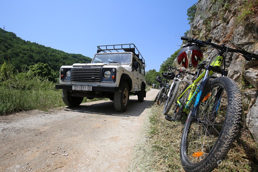 Support vehicle on a biking tour