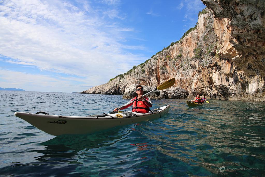 Cliff area in Zaraće bay - Sea kayaking Hvar.